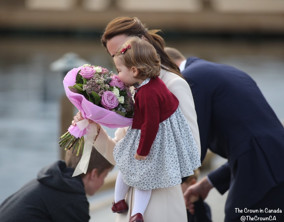 cambridges-leaving-canada-kate-charlotte-bouquet-flowers-from-back-oct-1-cinc